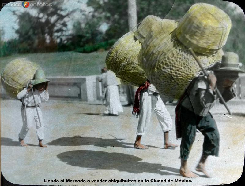 Tipos mexicanos Llendo al Mercado a vender chiquihuites en la Ciudad de México.