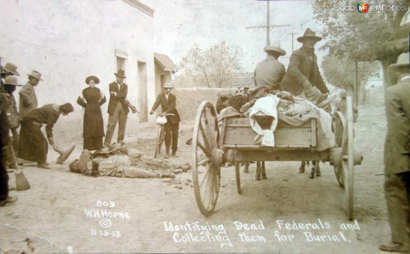 Identificando cadaveres para se sepultados por el fotografo Walter H. Horne ( 19 de Nov. 1913 ).