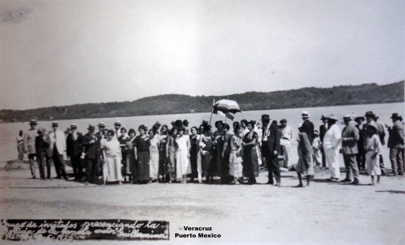 Grupo de invitados a presenciar la lancha de motor Guillermina 1926 Puerto Mexico.