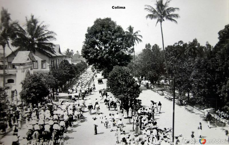 Desfile junto al Jardin Nunez Colima.
