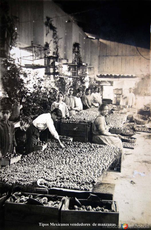 Tipos Mexicanos vendedores de manzanas.
