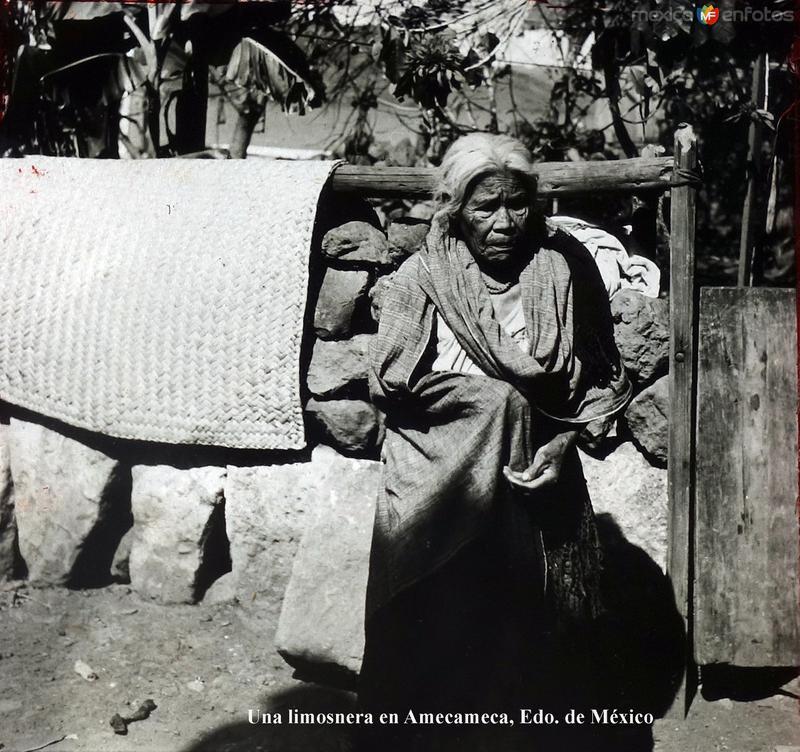 Tipos Mexicanos Una limosnera en Amecameca, Edo. de México.