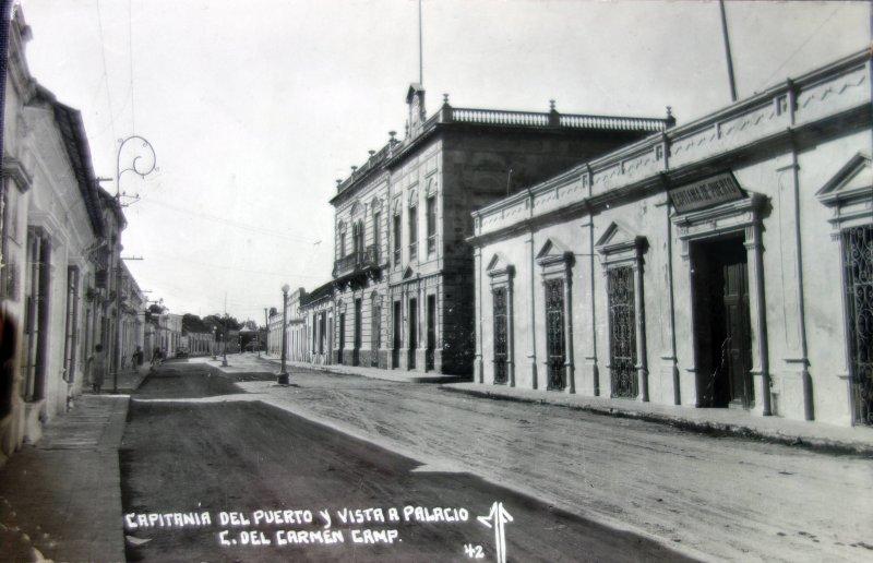 Capitania del puerto y vista al palacio.
