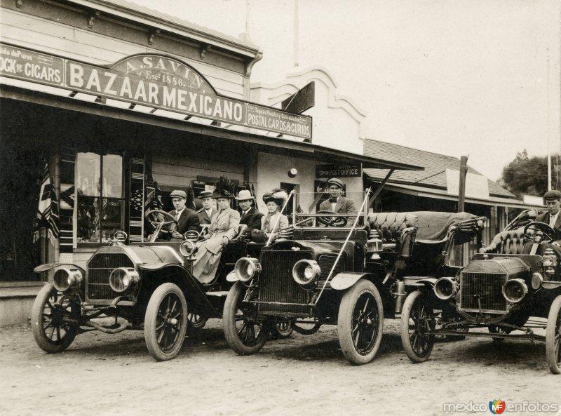 Autos frente al Bazaar Mexicano A. Savin (c. 1915)
