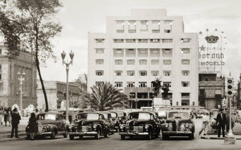 Autos en la Avenida Juárez