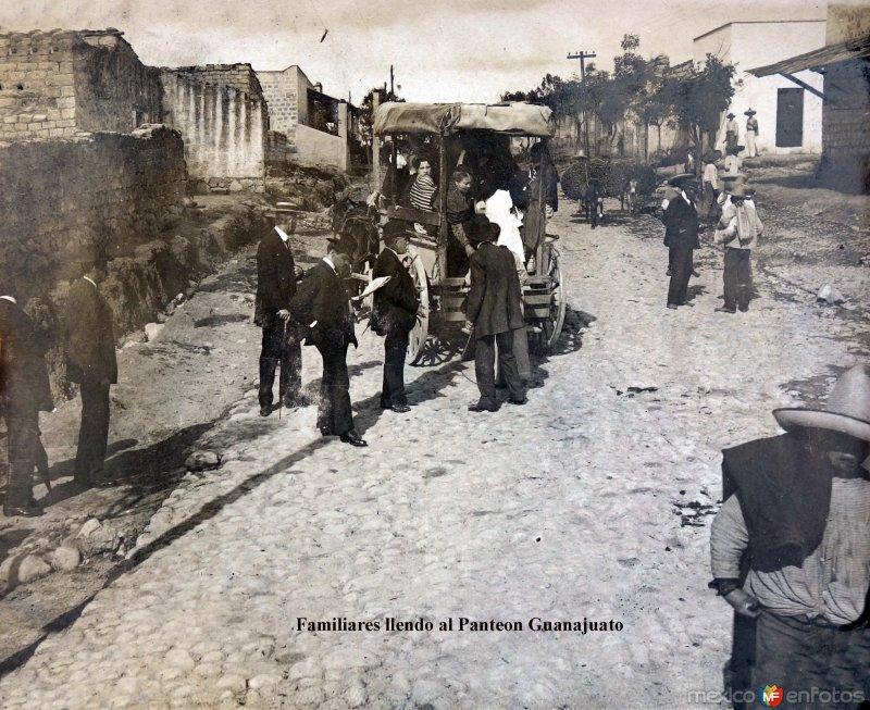 Familiares llendo al panteon Guanajuato.