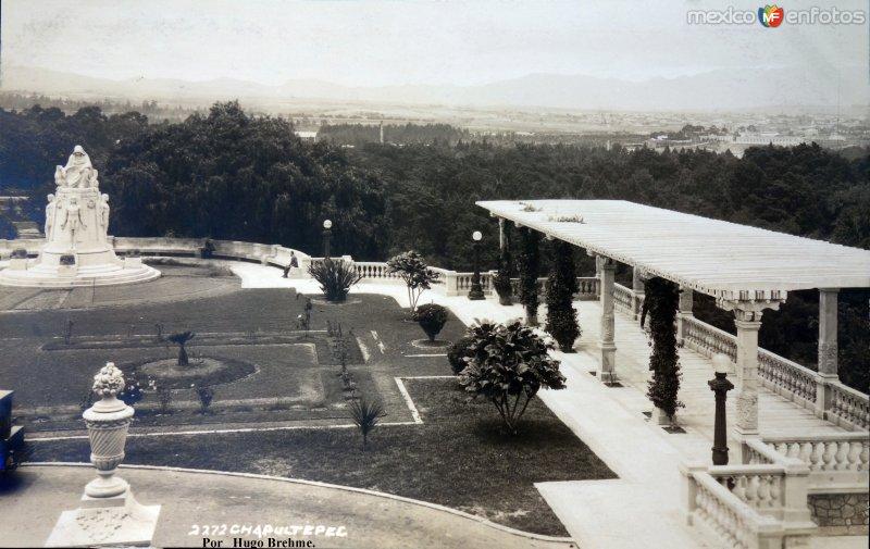 La Terraza del Castillo de Chapultepec por el Fotógrafo Hugo Brehme.