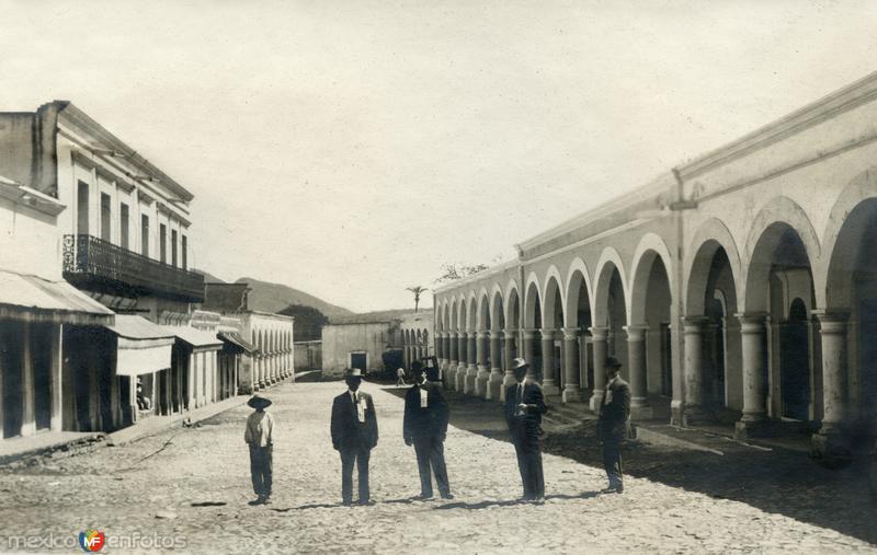 Hombres posando junto a los portales