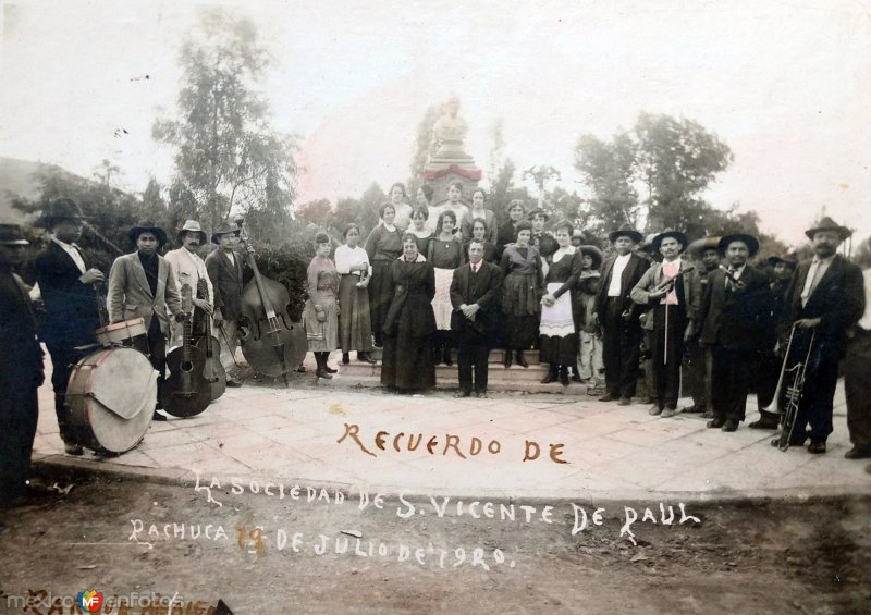 Recuerdo de La Sociedad de San Vicente de Paul en el Parque Hidalgo ( Fechada en 1920 ).