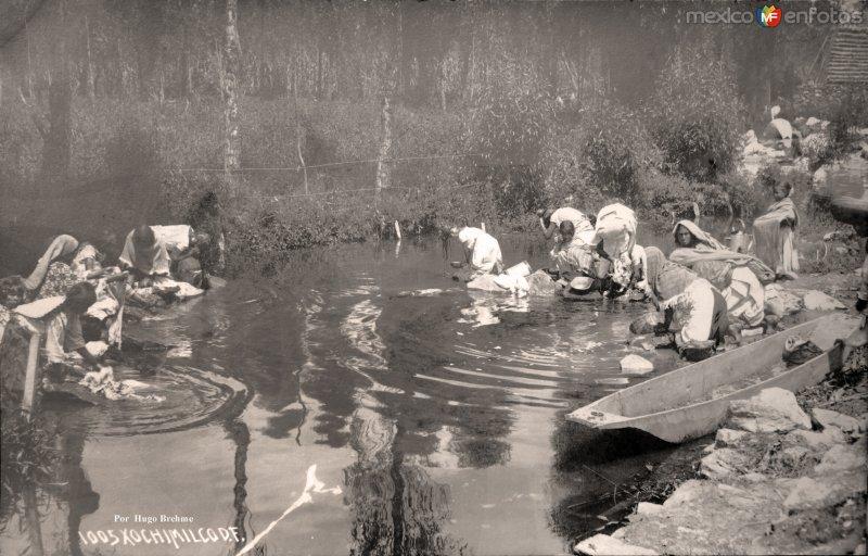 Lavanderas en los canales de Xochimilco por el Fotógrafo Hugo Brehme