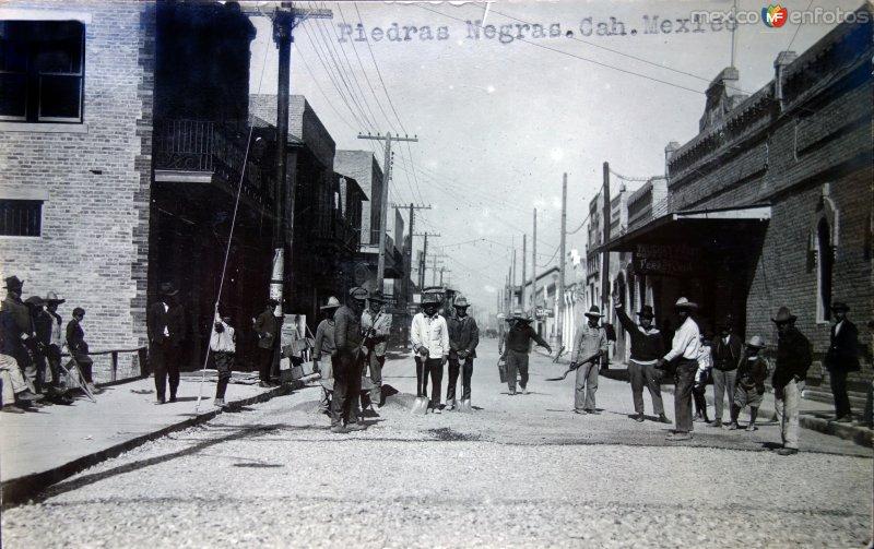 Trabajadores reparando la calle.