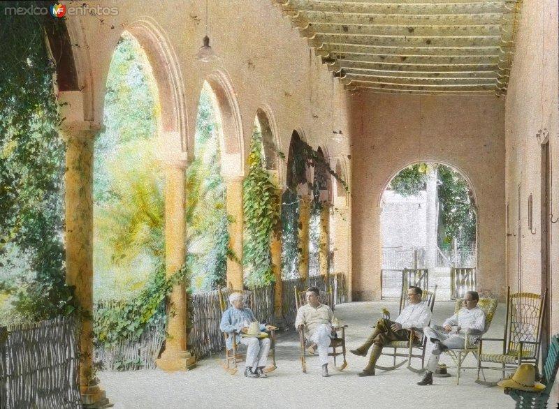 Hacienda de Granada: Sr. Vales e invitados en el corredor de la hacienda henequenera ( Fechada en 1925 ).