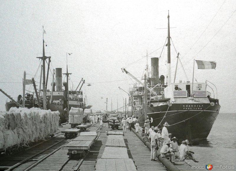 Cargando los barcos con Henequen ( Fechada en 1925 ).
