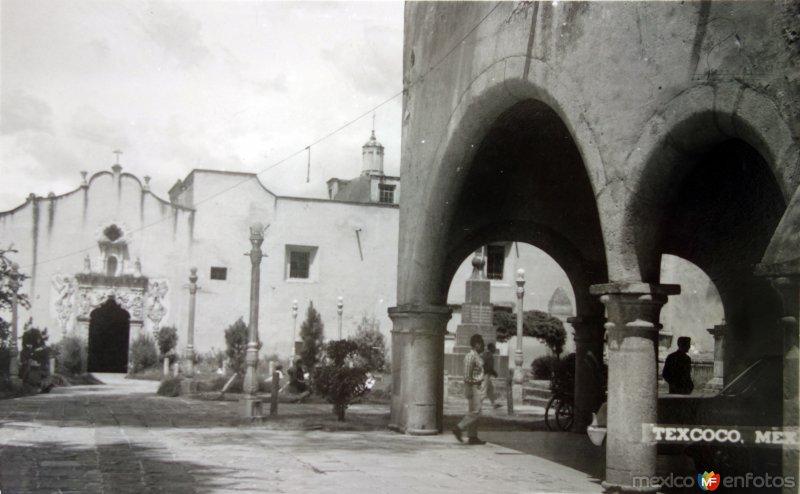 Escena callejera y portales.