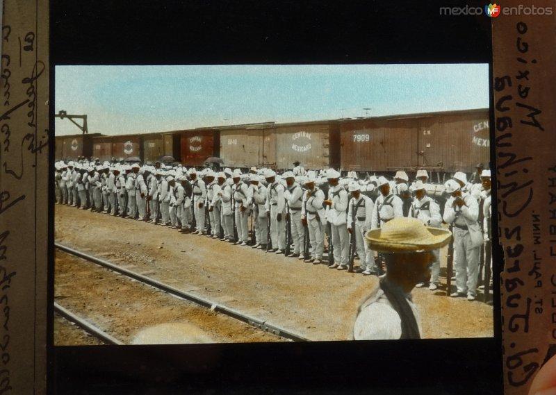 Soldados en una estacion ferroviaria.
