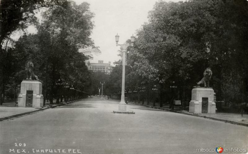 Entrada a Chapultepec, con vista al castillo