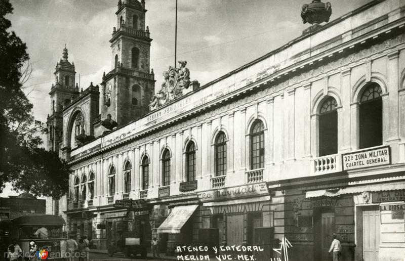 Vista del Ateneo Peninsular y Catedral de Mérida