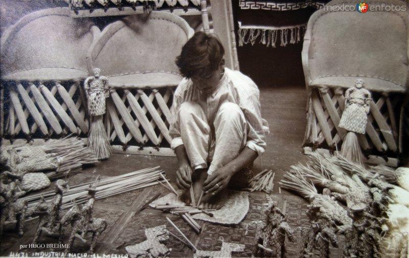 Industria nacional fabricacion de juguetes de hoja de palma por el fotografo HUGO BREHME.