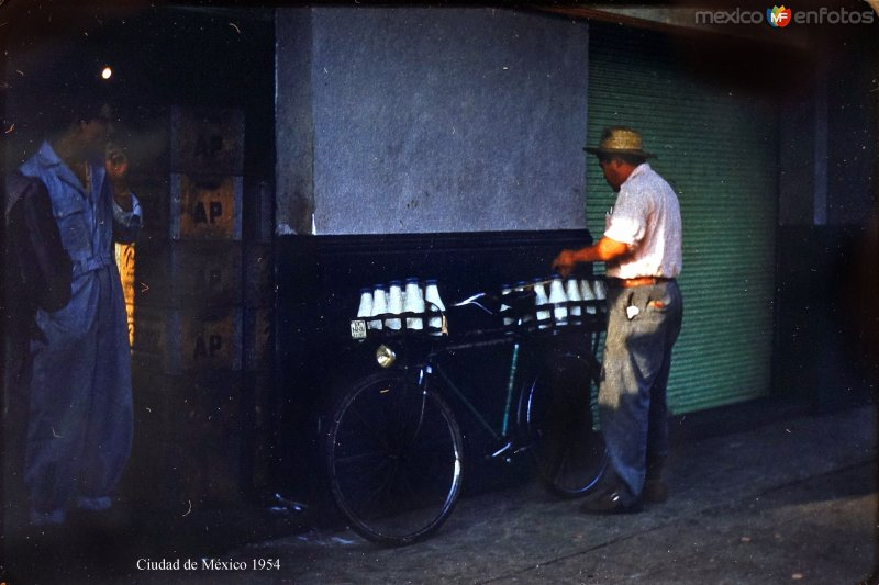 Tipos Mexicanos vendedor de leche Ciudad de México 1954..