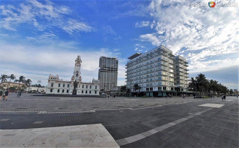 Faro Venustiano Carranza y Hotel Emporio