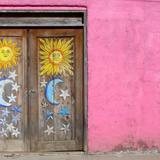 Puerta con sol, luna y estrellas