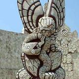 Águila devorando una serpiente