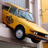 Auto empotrado en fachada