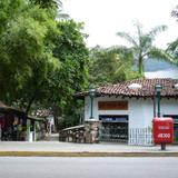 Calle típica sobre el río Cuale