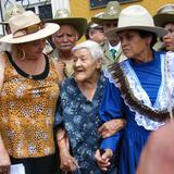 Guadalupe Villa (al centro), hija del General Francisco Villa.