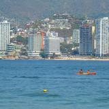 paseando en kayak por bahia de acapulco
