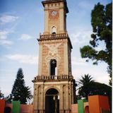 Reloj monumental en la plaza central de Tecozautla, Hidalgo