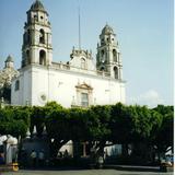 Parque central y templo de Santiago Apostol del siglo XVII. Cuautla, Morelos
