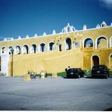 Barda atrial del ex-convento de San Antonio de Padua, siglo XVII. Izamal, Yucatán