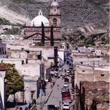 Calle del centro y parroquia de Real de Catorce, San Luis Potosí
