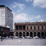 Arquitectura colonial y edifico moderno en el centro de San Luis Potosí, SLP