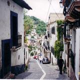 Típica calle empedrada del centro de Taxco de Alarcón, Guerrero