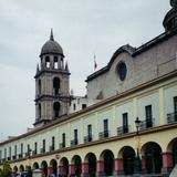 Los portales (Siglo XIX) y la torre de la Catedral. Toluca. 1994
