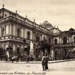 Biblioteca Nacional con estatua de Humboldt
