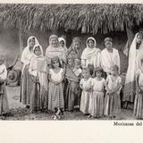 Grupo de mujeres mexicanas con sus hijos