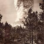 El Popocatépetl en erupción, desde Tlamacas (circa 1920)