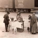 Vendedoras de comida en una estación del ferrocarril (1928)