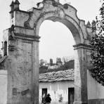 Arco en la Plaza de Amecameca (por William Henry Jackson, c. 1887)