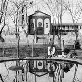 Misión de Guadalupe y fuente con niños en la Plaza de Armas (por Howard C. Tibbitts, 1907)