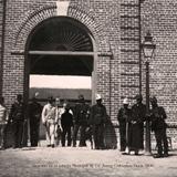 Guardias frente al edificio de correos
