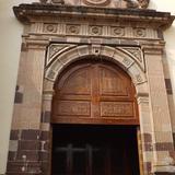 Puerta lateral con marco en cantera rosa de la Catedral. Abril/2015