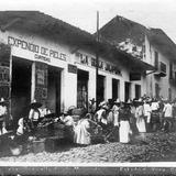 Una calle en día de mercado