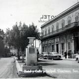 Hotel y calle principal