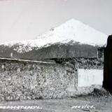Vista del Valle deTepoztlan al fondo los Volcanes Ixtaccihuatl y Popocatepetl ( 1930-1950 )