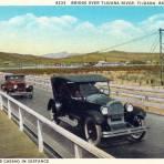 Autos en puente sobre el Río Tijuana, con el Casino Agua Caliente al fondo