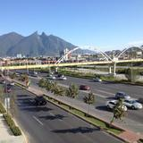 Av. Constitución, el Puente del Papa y el cerro de La Silla. Diciembre/2016